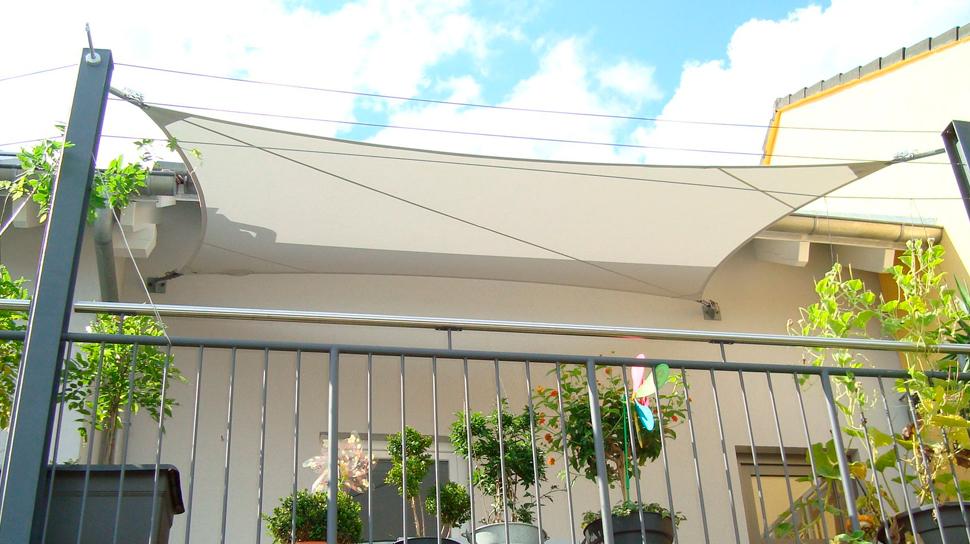 regenschutz terrasse sonnensegel auf der holz terrasse. Black Bedroom Furniture Sets. Home Design Ideas